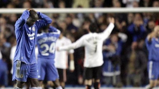 Hráči Chelsea smutní, fotbalisté Valencie se radují z nerozhodného výsledku na stadiónu Stamford Bridge.