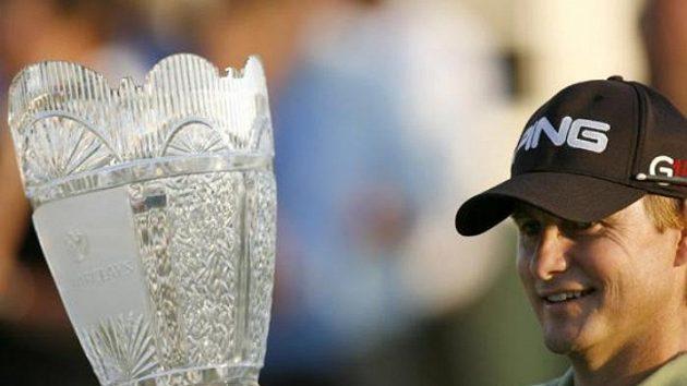 Americký golfista Heath Slocum s trofejí pro vítěze Barclays