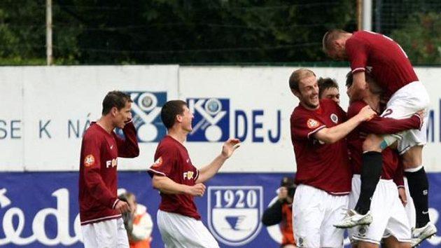 Hráči Sparty se radují po vstřelení gólu do sítě Mladé Boleslavi