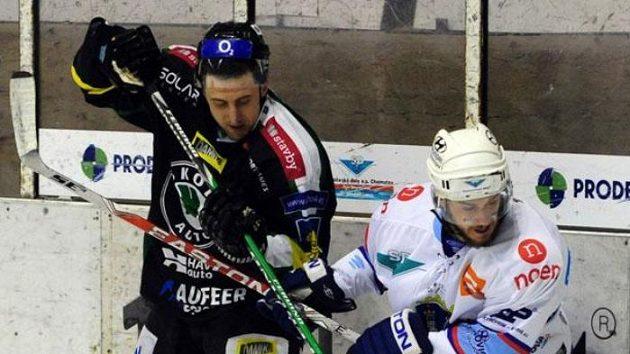 Miroslav Duben (vlevo) bojuje s Petrem Jírou z Chomutova