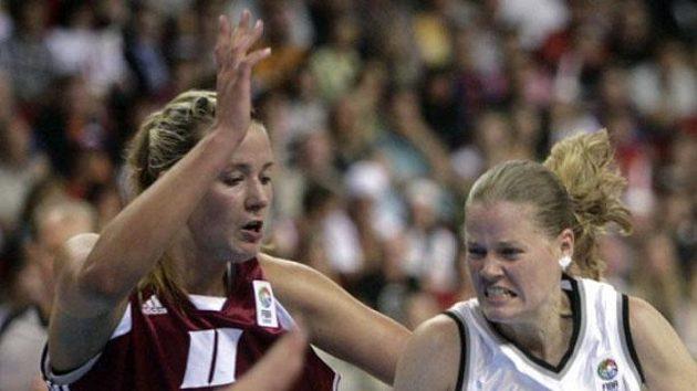 Česká basketbalistka Markéta Bednářová se probíjí kolem Lotyšky Putninové.
