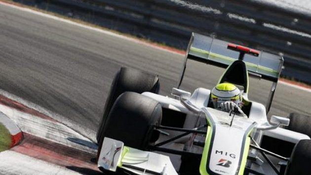 Jenson Button s vozem Brawn GP projíždí zatáčku při Velké ceně Turecka.