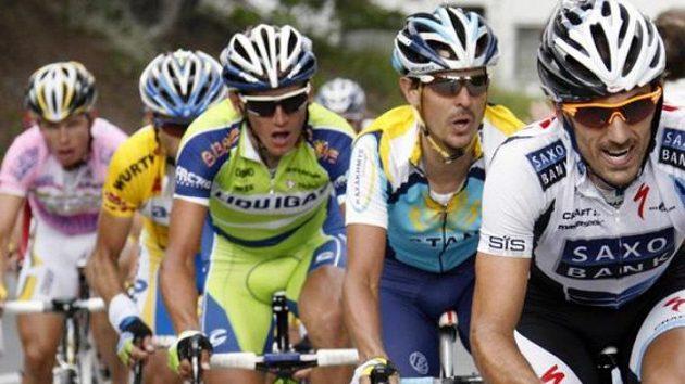 Cyklista Roman Kreuziger (uprostřed v zeleném trikotu) v závodě Kolem Švýcarska, kde skončil celkově třetí.