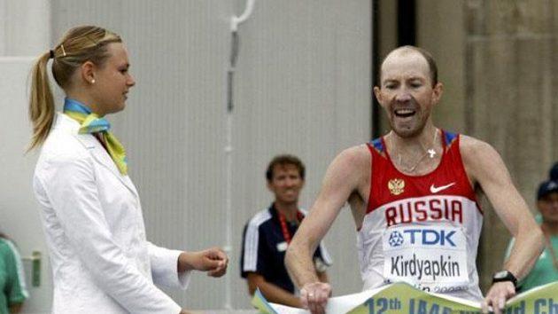 Ruský chodec Sergej Kirďapkin v cíli závodu MS na 50 kilometrů