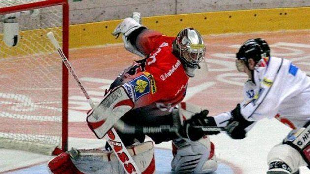Petr Ton ze Sparty Praha (vpravo) dává gól při nájezdu na brankáře Znojma Jiřího Trvaje vprvním semifinále play off hokejové extraligy.