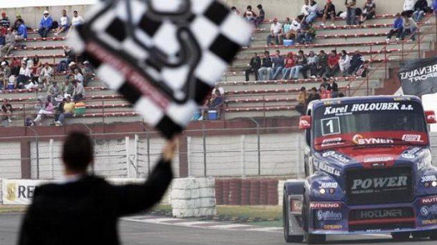 David Vršecký s vozem Buggyra projíždí cílem jednoho ze závodů ME ve španělském Albacete.