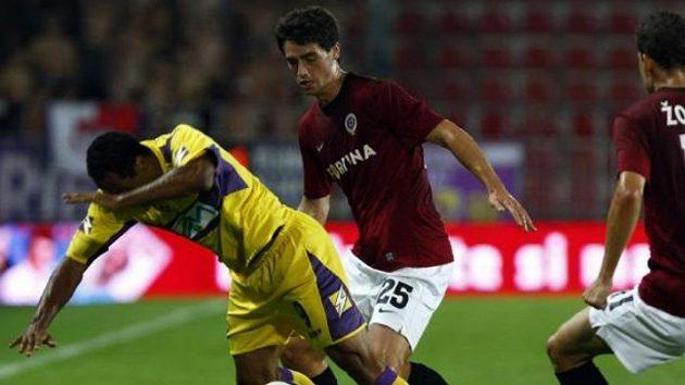 Sparťan Vacek napadá fotbalistu Mariboru Tavarese.