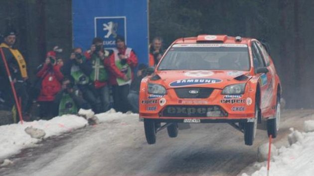 Nor Henning Solberg s vozem Ford Focus WRC na trati Švédské rallye.