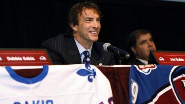 Bývalý kapitán hokejistů Colorada Joe Sakic (vlevo) a prezident klubu Pierre Lacroix