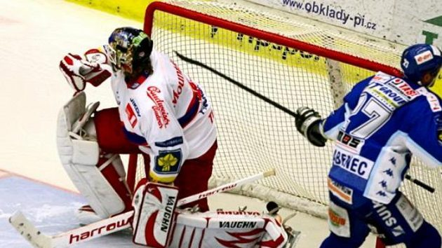 Kamil Brabenec z Brna (vpravo) dává v samostatných nájezdech rozhodující gól Romanu Turkovi z Budějovic.