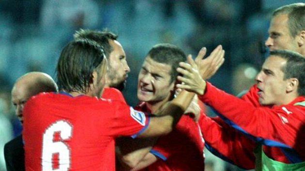 Čeští fotbalisté oslavují gól Daniela Pudila (uprostřed).