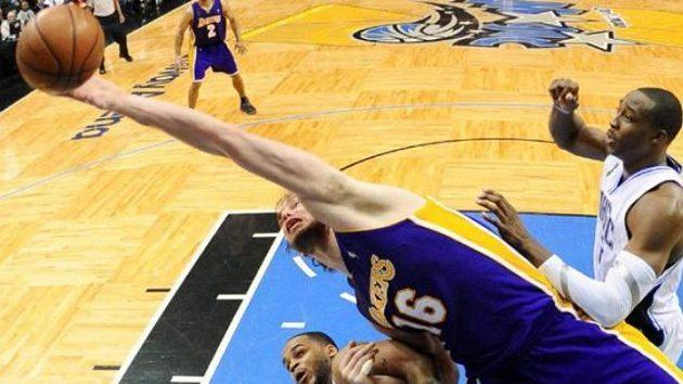 Pau Gasol z Los Angeles Lakers (uprostřed) bojuje o míč s Dwightem Howardem z Orlanda ve finále NBA.
