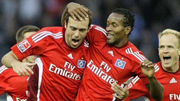 Fotbalista Hamburku Zé Roberto (uprostřed) gratuluje Jorisu Mathijsenovi ke gólu v utkání proti Hertě Berlín.