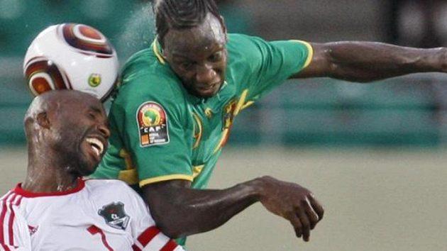 Peter Mponda z Malawi (vlevo) Mamadou Bagayoko z Mali bojují o míč v utkání základní skupiny mistrovství Afriky.