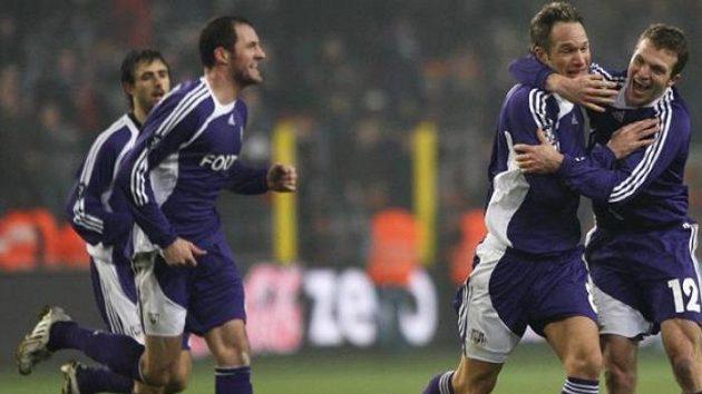 Radující se Jan Polák (druhý zprava) se svými spoluhráči z Anderlechtu - ilustrační foto