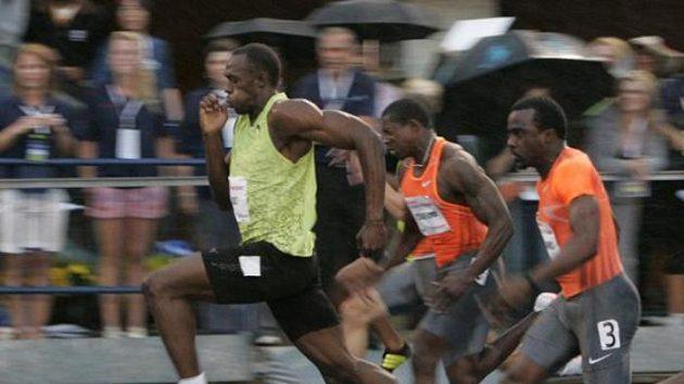 Usain Bolt (vlevo) v čele sprintu na 100 metrů na mítinku v Torontu.