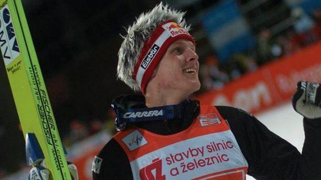 Rakušan Thomas Morgenstern oslavuje vítězství v závodu SP v Liberci.