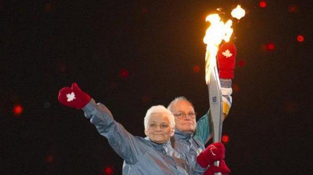 Betty and Rolly Foxovi přinášejí pochodeň při slavnostním zahájení paralympijských her ve Vancouveru.