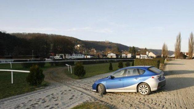 Jedna z rychlostních zkoušek 15. ročníku Pražského rallysprintu povede nově na nezpevněném povrchu dostihového závodiště ve Velké Chuchli.