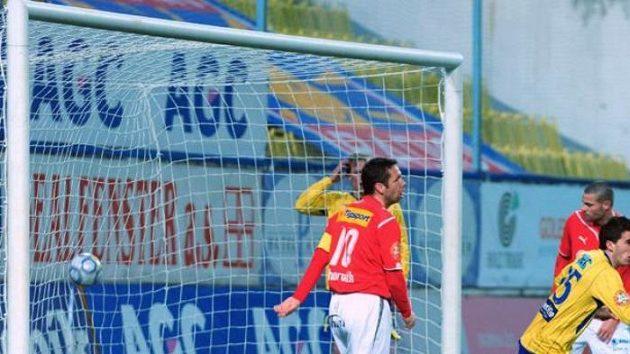 Fotbalisté Plzně inkasují v dohrávce 16. kola nejvyšší ligy na půdě Teplic první branku.