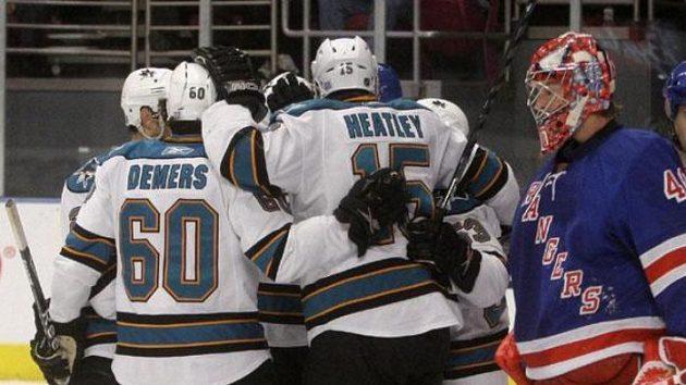 Hokejisté San Jose oslavují gól Dany Heatleyho v utkání v New Yorku.