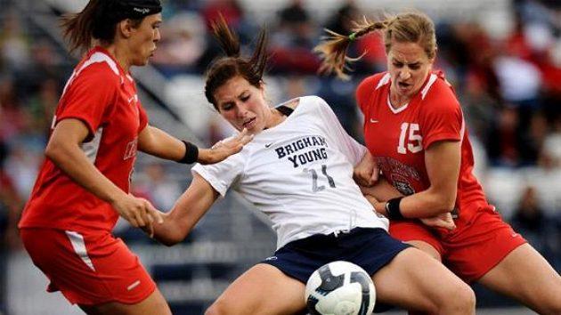 Brutální fotbalistka Elizabeth Lambertová (vpravo)