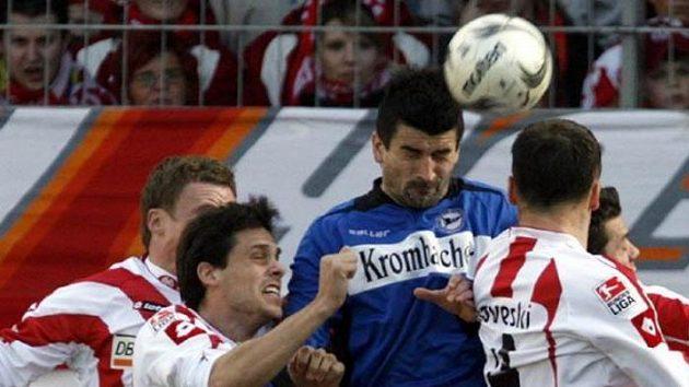 Petr Gabriel (v modrém) z Bielefeldu v ostrém souboji ve 25. kole německé ligy