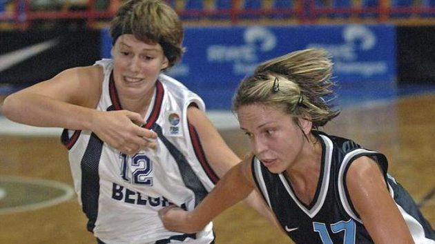 Kateřina Křížová (vpravo) uniká s míčem Belgičance Eveline Decroosové v přípravném basketbalového utkání.
