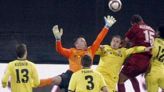 Fotbalista Kluže Hugo Alcantara hlavičkuje před brankou Sparty.