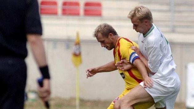 Michal Lesák zFC Marila Příbram (vlevo) a David Zoubek zBohemians Praha bojují omíč upostraní čáry vpřípravném utkání.