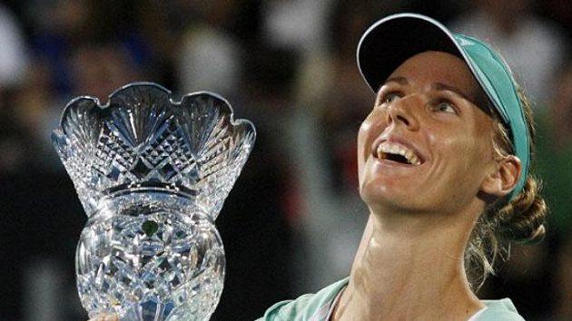 Ruská tenistka Jelena Dementěvová s trofejí pro vítězku turnaje v Sydney