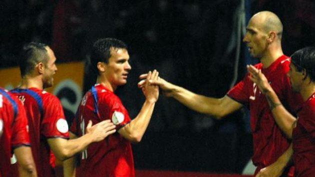 Čeští fotbalisté se radují ze sedmého gólu vsíti San Marina.