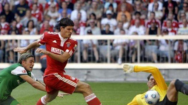 Útočník Bayernu Mnichov Mario Gomez střílí gól brankáři Brém Wiesemu.