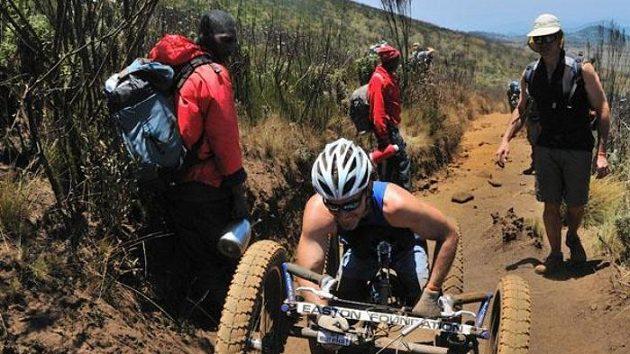 Úspěšný paralympionik Chris Waddell šplhá po úbočí Kilimandžára.