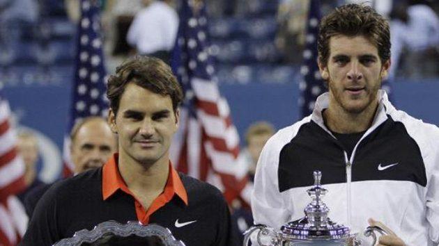 Vítěz US Open Juan Martín Del Potro (vpravo) a švýcarský tenista Roger Federer po finále