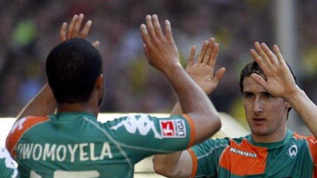 Kanonýr Werderu Brémy Miroslav Klose (vpravo) oslavuje svou branku proti Dortmundu se spoluhráčem Owomoyelou.