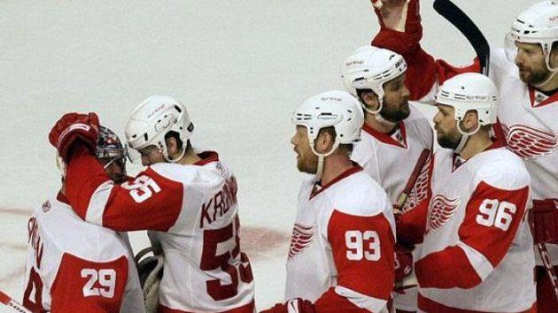 Hokejisté Detroitu se radují ze třetí výhry nad Chicagem ve čtvrtém utkání finále Západní konference NHL.