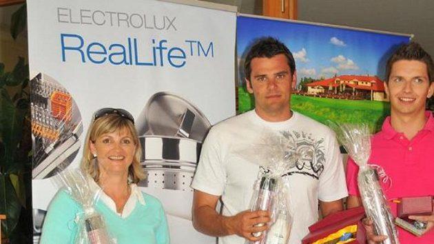 David Kostelecký (uprostřed) s cenami pro vítěze turnaje v Sokolově