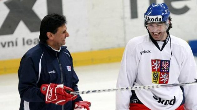 Bývalý trenér národního hokejového týmu Vladimír Růžička (vlevo) s Jaromírem Jágrem na tréninku.