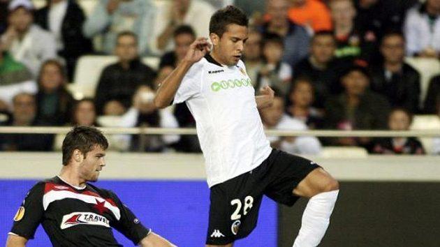 Fotbalista Slavie Ondřej Čelůstka napadá Jordiho Albu z Valencie.