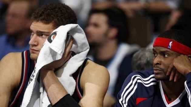 Zklamaní basketbalisté New Jersey Brook Lopez (vlevo) a Keyon Dooling