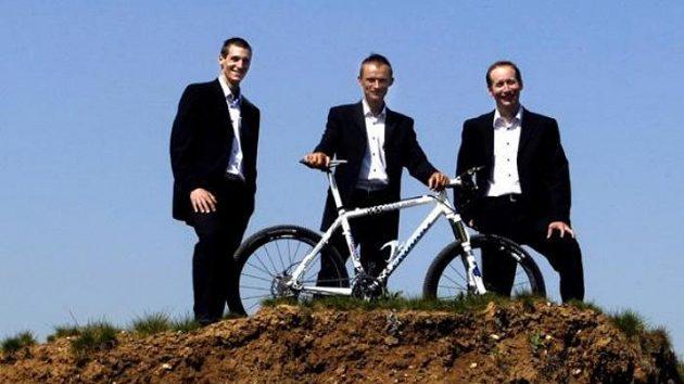 Martin Jakš (vlevo), Jan Hruška a Lukáš Bauer (vpravo) budou jezdit za cyklistickou stáj Volvo Auto Hase MTB.