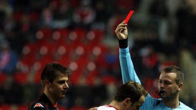 Fotbalista Slavie Zdeněk Šenkeřík dostává červenou kartu v utkání proti Valencii.