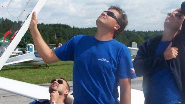 Zleva akrobatičtí piloti Červenka, Rozlívka, a Vávra.