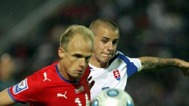 Slovenský fotbalista Vladimír Weiss mladší v souboji s Davidem Jarolímem