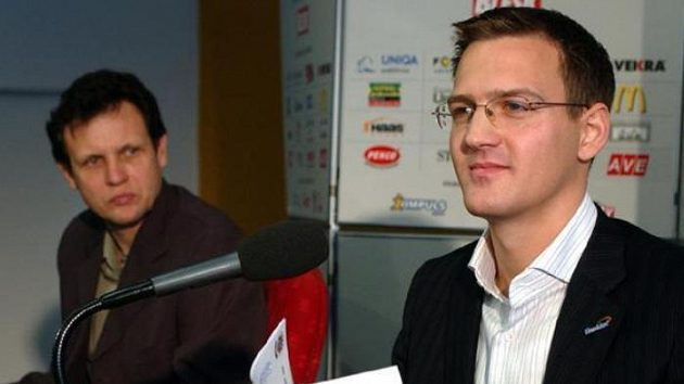 Viceprezident Sparty Daniel Křetínský a kouč Stanislav Griga (v pozadí) na tiskové konferenci vPraze.