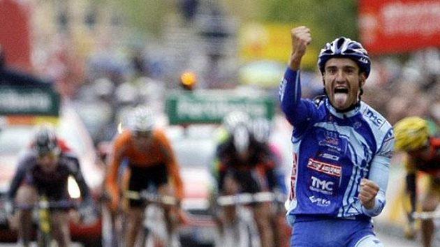 Španělský cyklista Juan Jose Cobo se raduje v cíli 19. etapy Vuelty.