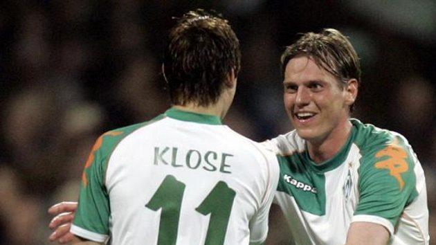 Tim Borowski (vpravo) oslavuje branku do sítě soupeře se spoluhráčem z Werderu Brémy Miroslavem Klosem.