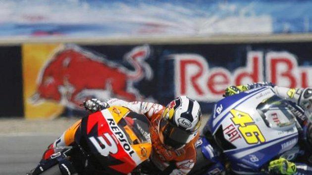 Španělského závodníka Daniho Pedrosu (vlevo) stíhá Ital Valentino Rossi.