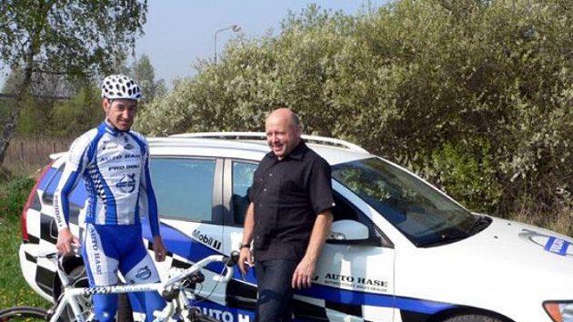 Manažer Jiří Ženíšek se závodníkem Martinem Zlámalíkem před pátečním tréninkem